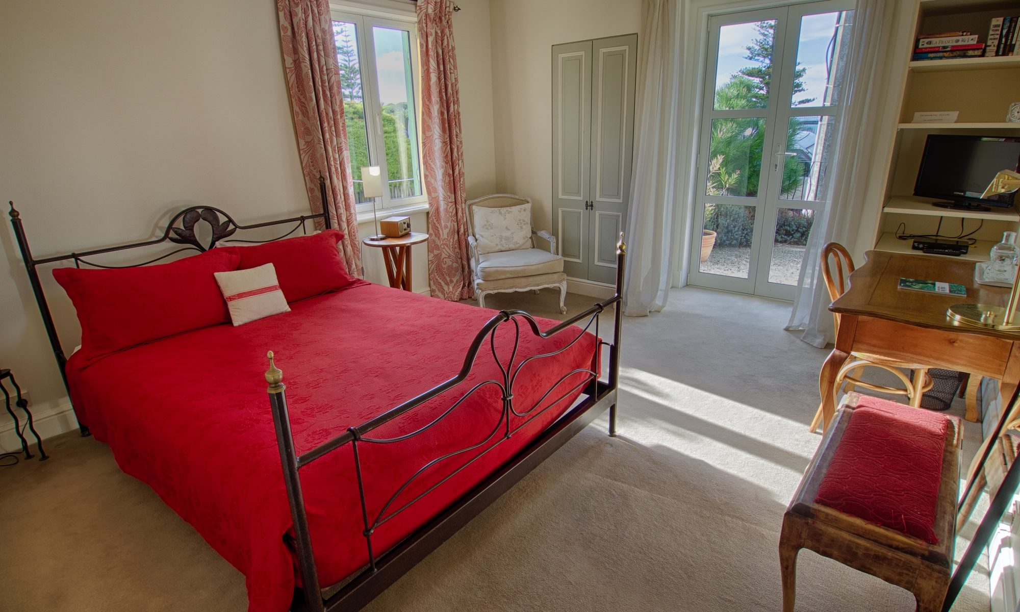 The Red room, BnB en-suite accommodation Le Petit Hotel